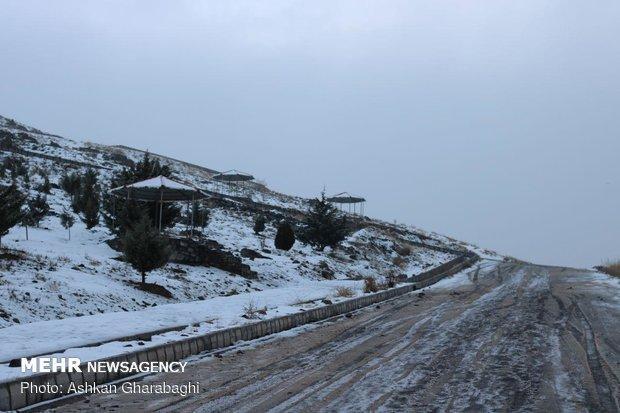 برف راه ارتباطی 30 روستای شهرستان کوهرنگ را مسدود کرد