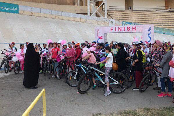 300 دوچرخه سوار بانو در آزادی رکاب زدند