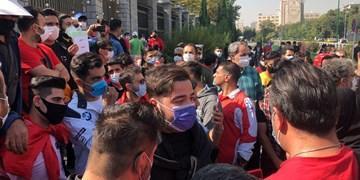 تجمع طرفداران پرسپولیس مقابل ساختمان مجلس، درخواست برای استیضاح وزیر ورزش و جدایی رسول پناه و معاونان