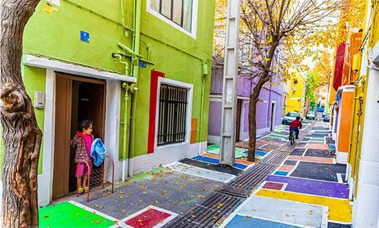 گشتی در رنگی ترین کوچه تهران